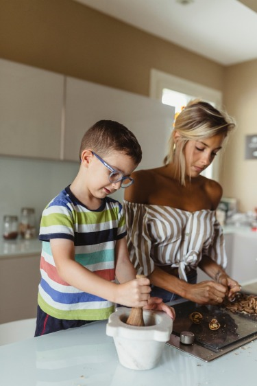 mom-amd-son-cooking-together-mamma-e-bambino-insieme-in-cucina